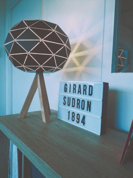 Lampe à poser GRAPHIQUE E27 Max.60W abat-jour Noir extérieur / Blanc intérieur - Pieds Bois clair câble L.2m.